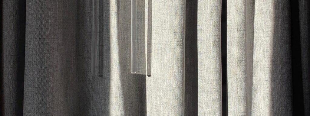 Běžné poloprůsvitné závěsy jsou fajn, ale ne zrovna účinné proti letnímu slunci.